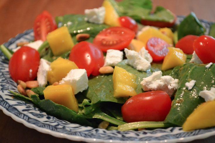 Zin in een lekker licht diner? Wij probeerden deze spinazie salade en zijn fan! Ingrediënten Spinazie Kerstmaatjes Mango Geitenkaas Pijnboompitjes Witte balsamico Mosterd Honing Bereiding Rooster de pijnboompitjes en laat ze in een apart bakje afkoelen Maak de dressing. Meng een theelepel mosterd, een theelepel honing met een flinke scheut azijn Doe de spinazie in …
