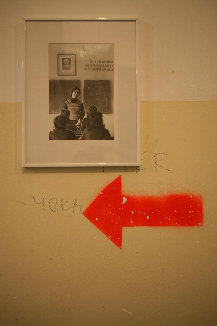 Ανώνυμος Καλλιτέχνης Untitled (Albania), 1980 2 αργυροτυπίες, 32,5×41,5 εκ. (με πλαίσιο) Παραχώρηση Ιδιωτικής Συλλογής Φωτογράφιση Μαργαρίτα Μυρογιάννη