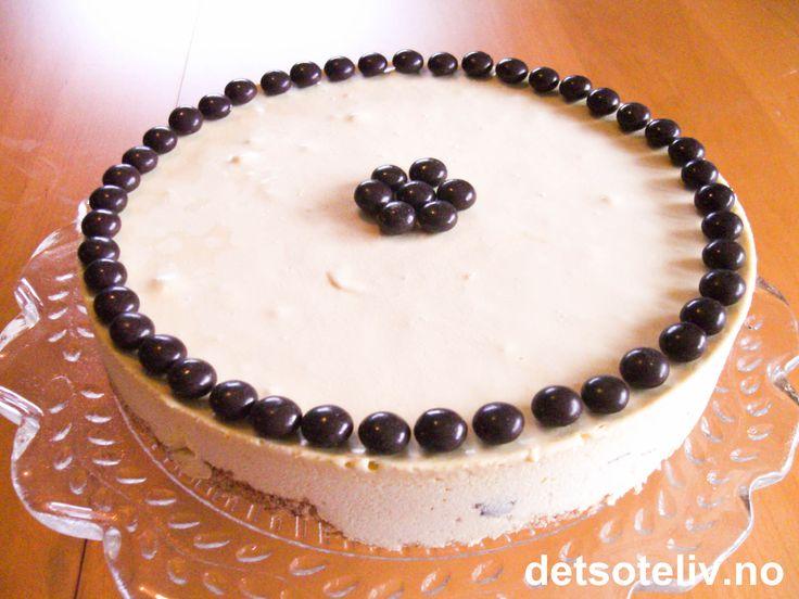 """""""After Eight iskake"""" er en helt nyyydelig iskake! Kaken har en helt spesielt god kakebunn, som er laget med både hasselnøtter og kokos. Iskremen inneholder hakket After Eight sjokolade og kakao- eller kaffelikør (eller du kan bruke bare kaffe). På toppen har jeg pyntet med After Eight pastiller."""