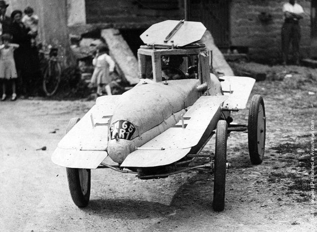 A submarine motor car, which can travel both on land and underwater and is equipped with a 4 hp engine and steel fins on both sides. (Photo by Horace Abrahams/Fox Photos/Getty Images). 1st December 1937