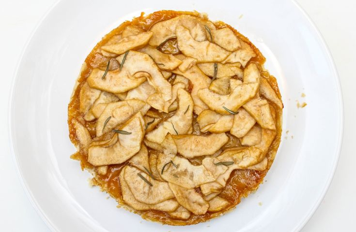 Ciasto z jabłkami, ciemnym miodem i rozmarynem