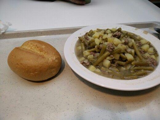 Grüner Bohneneintopf mit Lamm und Brötchen