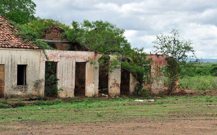 """O arquiteto que estuda as 'cidades fantasmas' brasileiras - Várias localidades foram abandonadas ao fim de um ciclo de prosperidade econômica. Processo de esvaziamento, porém, envolve outros fatores. Desde a Antiguidade, há povoações que desaparecem deixando vestígios no espaço que ocuparam. Machu Picchu, no Peru, conhecida como """"cidade perdida dos Incas"""", é talvez a mais lembrada."""