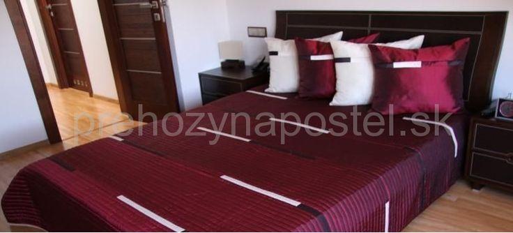 Bordové prehozy na postele s krémovými pruhmi