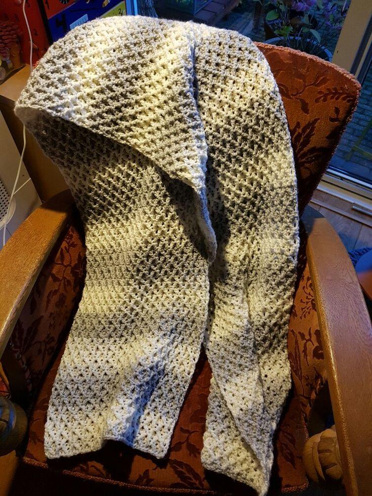 Sjaal gemaakt van een patroon van een filmpje. Het is een patroon van steeds 4 dezelfde steken. Gekruiste stokjes, 1 steek overslaan, op de 2e steek een stokje.dan terug en voorlangs een stokje op de 1e steek. Dan de 3e overslaan en op de 4e steek een stokje. Dan langs de achterkant een stokje haken.deze 4 steken herhalen. Aan beide kanten een kant steek. Toer 2 is hetzelfde als toer 1. De steken vormen een kruis. Met rachel op nld 8 .rond de rest bollen