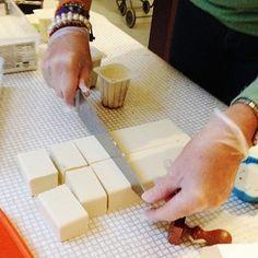 Aceite de cocina usado, sosa cáustica y agua son los principales componentes para hacer jabón natural en casa