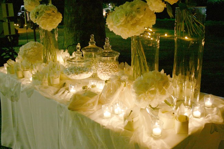 Perfect frame for confettata: large trees in the park! Bouquets of hydrangeas, roses and peonies in delicate shades of pale pink and ivory, arranged in a tall glass cylinders and boules. Candles of all size places along the table to create a romantic athmosphere