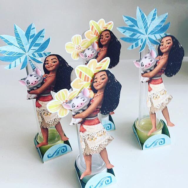 tubetes decorados com recortes usando papéis licenciados Disney tema Moana