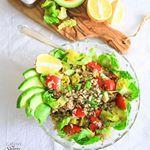 (EN below) DE: Hallöchen, bevor ich es vergesse:in meiner InstaStory 👆🏼habe ich nochmal die Petition von @petadeutschland gegen die Elefantenmisshandlungen 😠 im #ZooHannover verlinkt, bitte unterschreibt und teilt sie, Danke🐘💔🙏🏼! . Da heut so müdes Wetter ist , April halt🌥☁️, gibt's bei mir einen erfrischenden #Quinoa Salat 🥗 zum lunch, mit viel #Avocado 🥑, Salatherzen, Tomaten, Sonnenblumenkernen und Zitrone. Ich steh doooo auf Quinoa in letzter Zeit 😋! Für das Dressing hab ich…