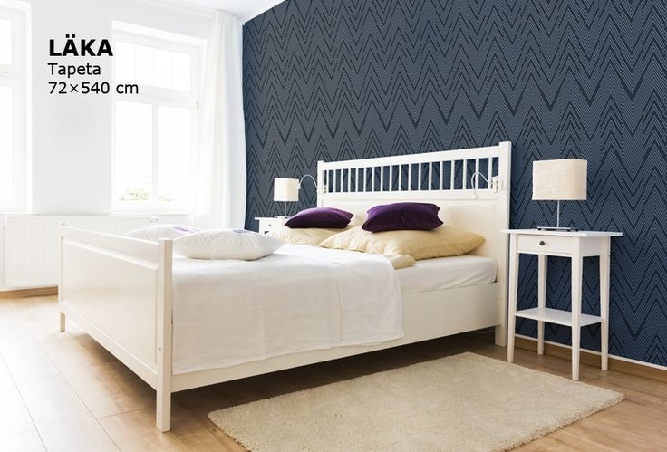 tapeta s jemným vzorem v tmavě modré barvě, bílá ložnice nábytek IKEA, modrá tapeta LAKA