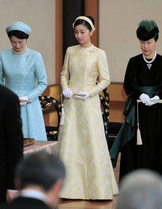 秋篠宮ご夫妻の次女・佳子さまは29日、21歳の誕生日を迎えられました。成年皇族としての第1歩を踏み出された1年を振り返ります。 午前10時前、佳子さまは天皇皇后両陛下に、誕生日のあいさつをするため、皇居を訪問された。 ちょうど1年前の12月29日、ティアラを身につけ、成年皇族の一員になられた佳子さま。 新春の歌会始などの宮中行事に初めて参加したほか、3月には、成年を迎えた報告をするため、伊勢神宮などを参拝された。 4月、佳子さまは「新しい学生生活を始められることに感謝しつつ、有意義に過ごしていきたいと思います」と話していた。 4月にICU(国際基督教大学)に入学し、大学生活が始まると、授業のない週末などを利用し、国内各地を訪問された。 また、手話を学び、聴覚障害者に関する、さまざまな行事にも出席された佳子さま。 鳥取・米子市で9月、佳子さまは「手話は言葉であり、大切なコミュニケーション手段の1つです」と述べられた。 成年皇族として、初めて尽くしの1年だったが、1つ1つの公務を着実にこなされた。 年明けも、元日から宮中行事に出席し、可能な範囲で公務に取り組まれる。