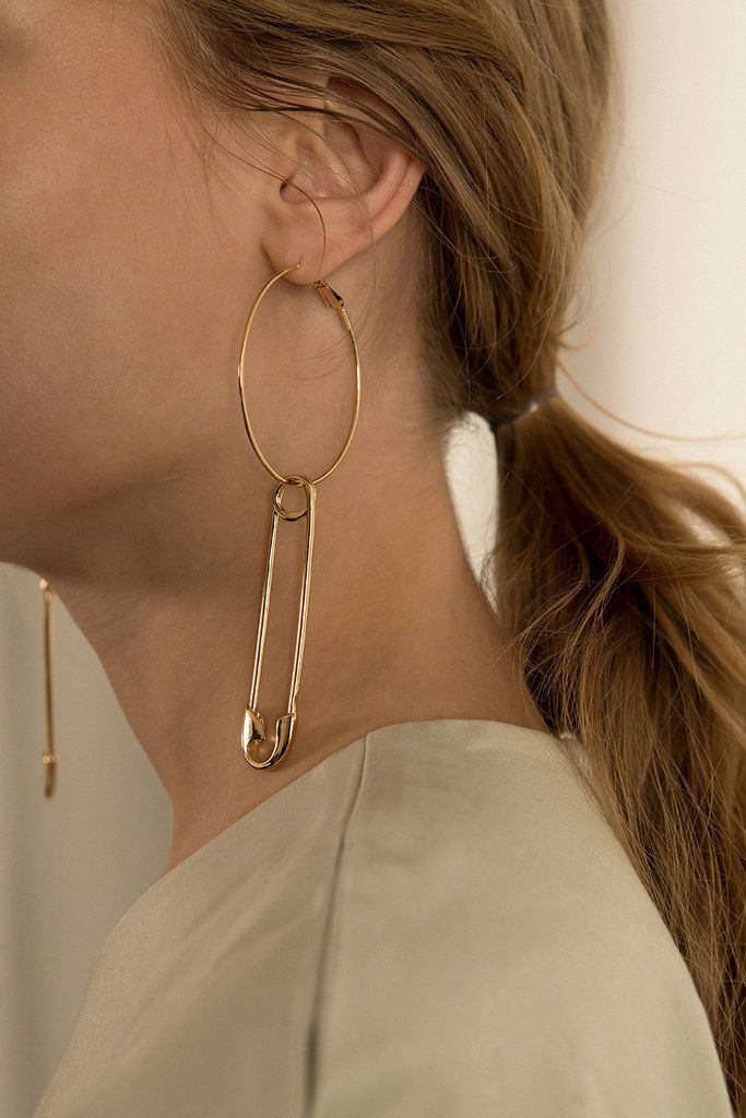 The Pololu, a pair of safety pin attached to big hoops. Sold as a set. COMPOSITION AND CARE Nickel, Metal This is a natural oxidization process which occurs