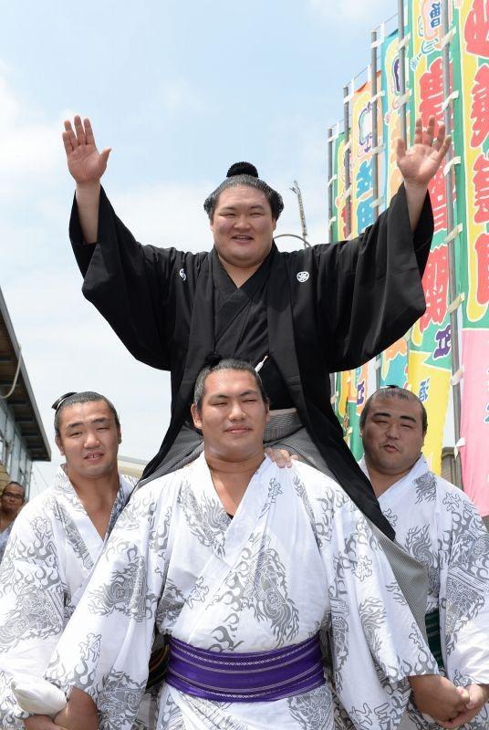 大関昇進の伝達式後、担ぎ上げられて笑顔を見せる豪栄道=愛知県扶桑町で2014年7月30日、木葉健二撮影