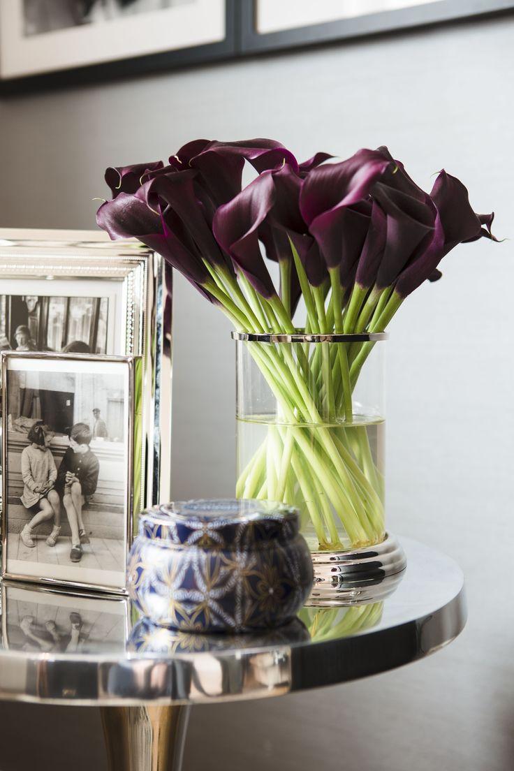 Callas in dunklem Lila wirken vor allem in Räumen mit schwarzen Möbeln und champagnerfarbenen Wänden sehr edel. Dazu noch silberfarbene Accessoires und der Raum wird zur glamourösen Wohlfühloase.
