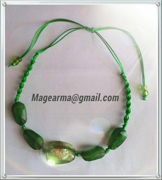 Collar verde hecho en macrame