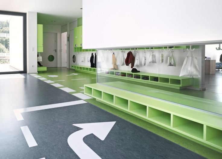 Kinderhouse Arche Noah / Liebel Architekten BDA. Lockers, mirrors and road markings on floor
