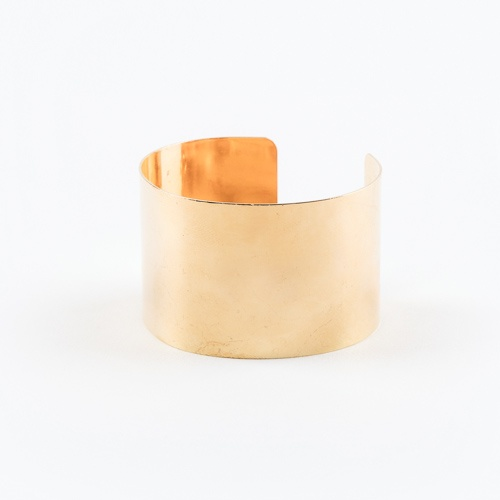 We need those everyday statement accessories for the finishing touches to our outfits. For the gal that loves gold, this mirrored gold tube bangle is a must. Pair it with other gold accessories and y0u\'re good to go.