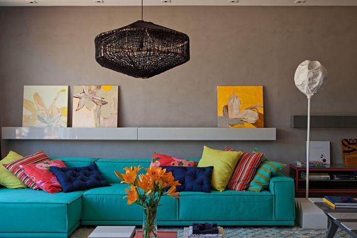 Paula Neder, usa cores vibrantes pinceladas sobre a base cinza. A 23ª edição da Casa Cor Rio.