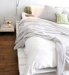 кровать на белом поддоне