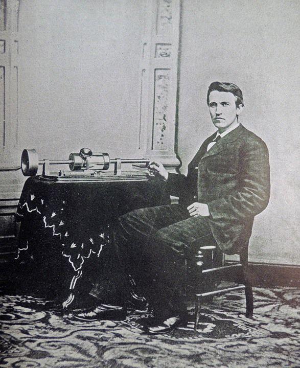 Событие 19 февраля:  19 февраля 1878 года Томас Эдисон запатентовал фонограф.  Это изобретение стало поразительным событием того времени и фактически открыло для человечества эру аудиозаписи.  Первый фонограф представлял собой цилиндр покрытый оловянной фольгой. С ним соприкасалась игла прикрепленная к диафрагме приемной части телефона. Устройство было снабжено рупором. Цилиндр вращался от руки и если при этом в рупор произносились слова игла колеблясь вместе с мембраной вверх и вниз…