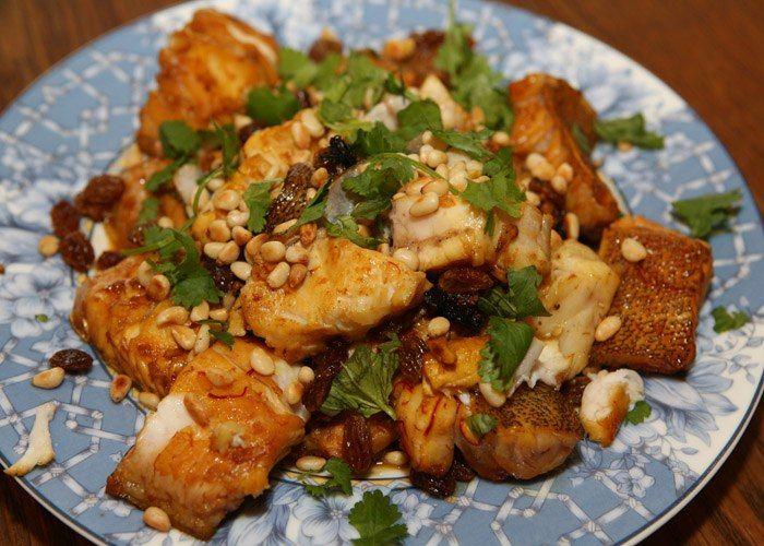 Рыба с шафраном и кедровыми орешками В городе Марракеше за 25 минут мною была съедена без остатка огромная глиняная сковорода рыбы с шафраном и кедровыми орешками. Если вы готовите для себя, не готовьте слишком много. Есть опасность съесть все в один присест. #едимдома #готовимдома #рецепты #кулинария #домашняяеда #ужин #рыба #вкусно #юлиявысоцкая