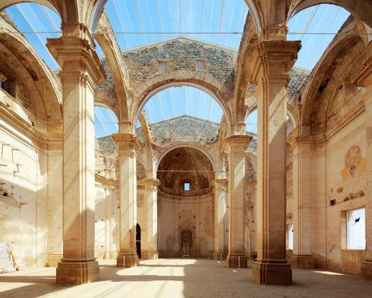 """L'architetto spagnoloFerran Vizoso ha ristrutturato la chiesa di Corbera d'Ebre, un paese vicino a Tarragona, in Spagna, distrutta durante la guerra civile spagnola. L'intento di Vizoso di utilizzare nuove tecnologie e materiali senza sostituire l'architettura esistente, ad esempio, si è concretizzato con l'uso di pannelli ETFE per il tetto. [gallery ids=""""7900,7901,7902,7903,7904″] Viadesignboom.com"""