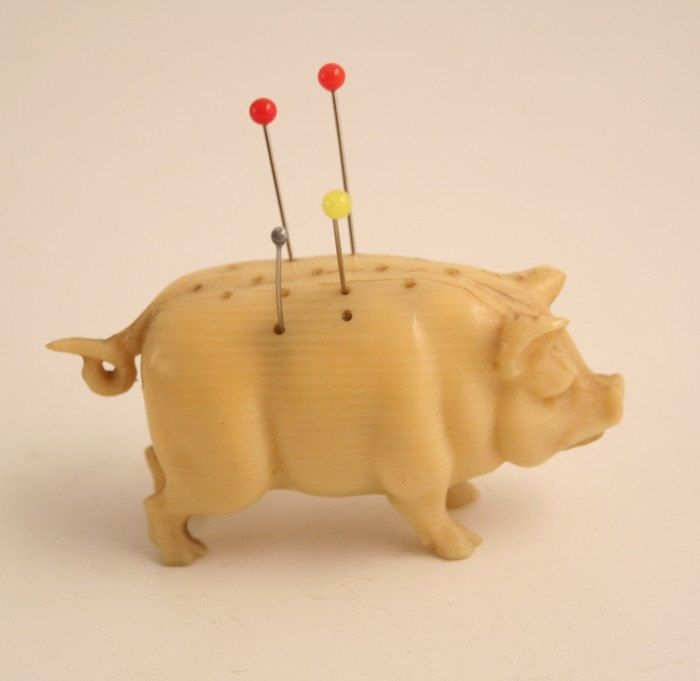 Antique Ivory Carved Pig Pin Cushion Sewing Tool Dit kan NIET bij een varken !!!!! alleen bij een egel !!!!
