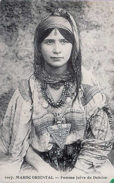 Africa | A young Jewish Berber woman from Debdou, Morocco. ca 1915 | Photographer unknown. Fantastic tours and trips all around Barcelona and its surrounding areas all over Catalonia, so that you can come to know better this fantastic land. +34 664806309 VIKTORIA https://www.facebook.com/pages/Barcelona-Land/603298383116598?ref=hl