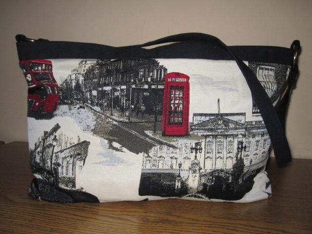 """""""London Bag"""" Nera. Tessuto fantasia; Tela nera e rossa. Mis: 45x25. Chiusura con cerniera, interno foderato e due taschini"""