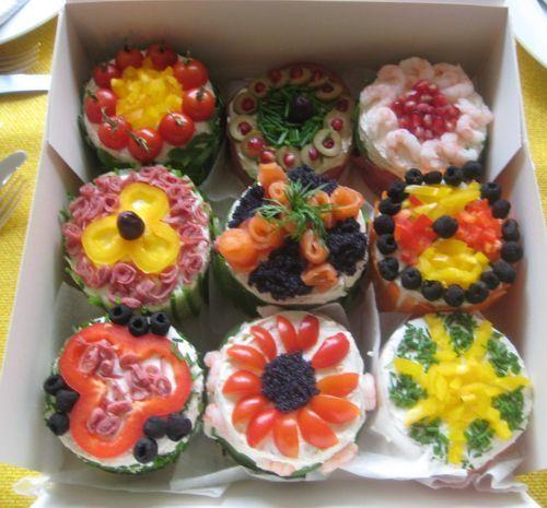 Minismörgåstårtor! Istället för en stor tårta eller en vanlig macka kan man göra massor av små söta minismörgåstårtor!