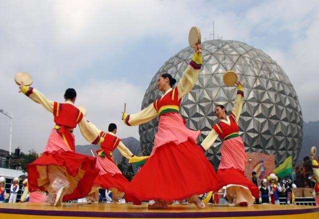 Những ngày nghỉ lễ ở Hàn Quốc luôn luôn là dịp mà người dân nơi đây đón đợi và mong chờ nhất trong năm. Ngoài việc thể hiện bản sắc văn hóa truyền thống của dân tôc thu...