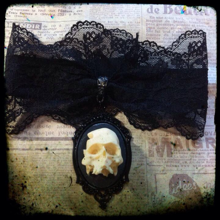 Collarino in pizzo con cammeo teschio in resina 3D di ExaltedShop su Etsy  #skull #resin #horror #goth #spooky #handmade