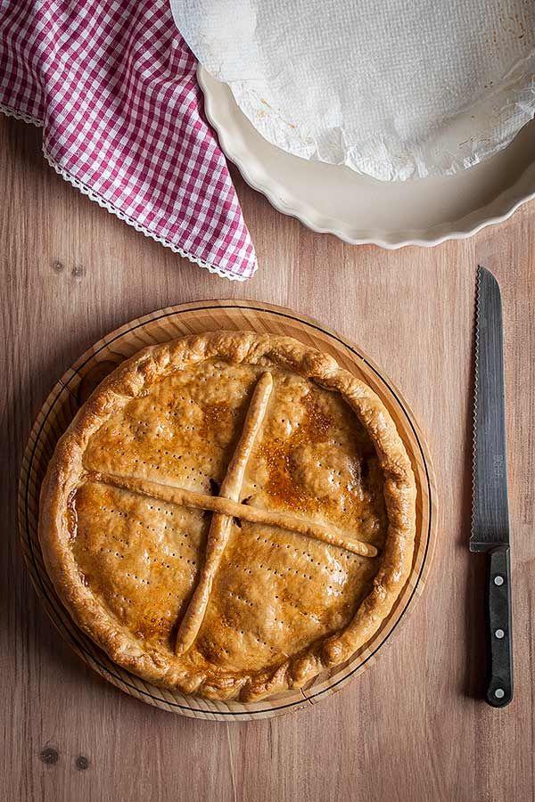 Cómo hacer la clásica empanada gallega con relleno de bonito y masa de pan, paso a paso.