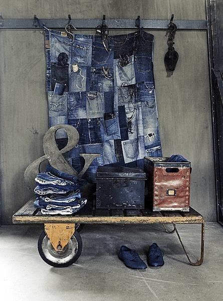 Misschien kunnen we zo iets maken van je oude broeken?? recycled jean pocket organizer