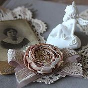 Купить или заказать Брошь цветок роза из ткани 'Шампань' в интернет-магазине на Ярмарке Мастеров. Брошь цветок в стиле бохо 'Шампань' собрана из сложных оттенков теплой бежевой гаммы: айвори, экрю, сгущенное молоко, сливочный крем и карамель. Брошь цветок в стиле бохо, винтаж, шебби декорирована мелким и крупным бисером сливочно-жемчужного цвета, репсовыми лентами и кружевом. Основа броши-цветка связана крючком из тончайших хлопковых ниточек и украшена бисером.