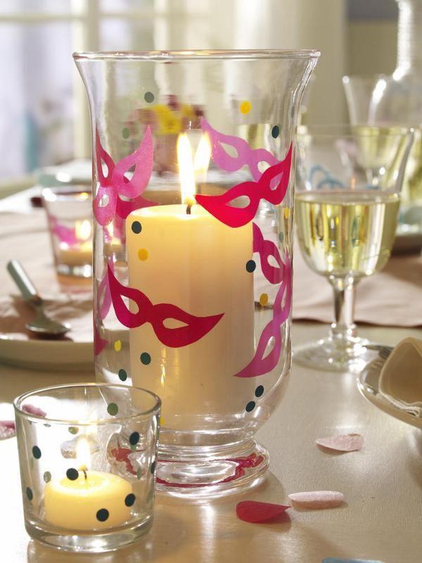 Donzelas e copos ganham adesivos de máscaras e confetes para um almoço carnavalesco!