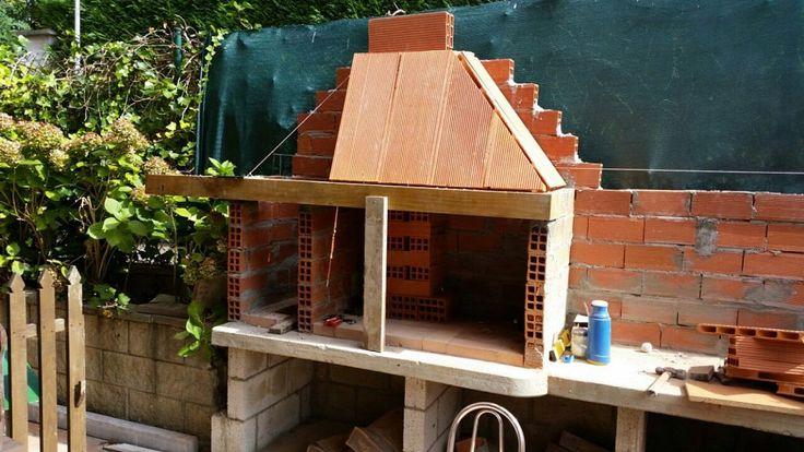 Proceso de construcción de una barbacoa de obra