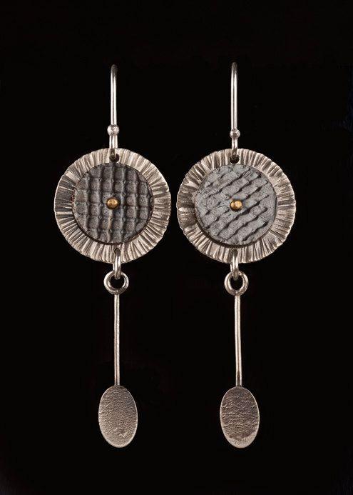 Sie finden sich diese Sterling und Kupfer Ohrringe nonstop tragen. Sie sind mit fast jedem Outfit und Stil perfekt. Zierlich aber etwas dramatisch, die Ohrringe verfügen über eine oxidierte Kupferscheibe genietet, einer gehämmerten Sterling Silber Basis. Die zarte silberne Tropfen hinzufügen etwas Besonderes, das Design. Aus Sterling Silber, Kupfer und Messing, sind die Ohrringe 5/8 Zoll breit und 1 1/2 Zoll lang. Vielen Dank für die Anzeige meiner Sterling Silber, Messing und oxidi...
