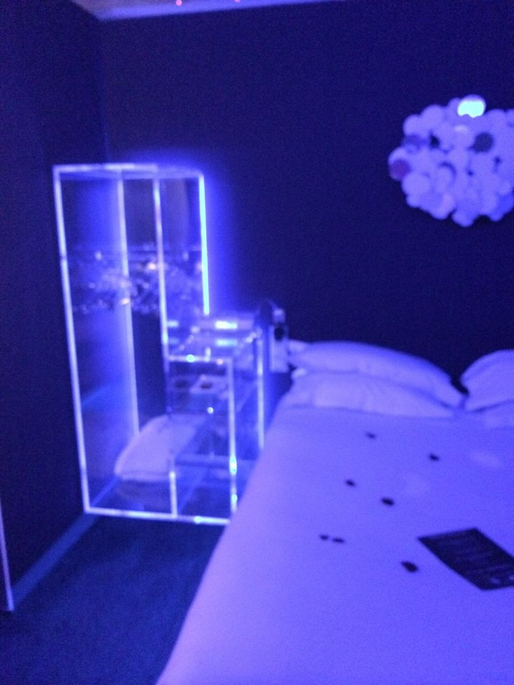 Week-end insolite à Paris ! #hotel #violet #purple #original #blacklight #CapturCall