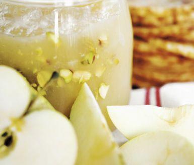 Snabb äppelmarmelad med pistagenötter tillagar du på några minuter i mikrovågsugnen. Äpplen, socker och pistagenötter är allt som behövs och resultatet blir förträffligt.