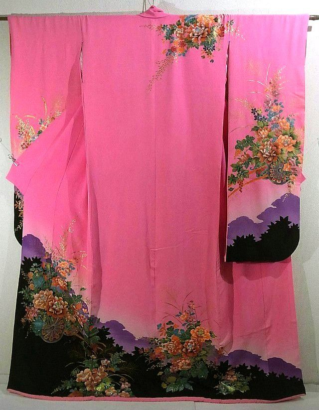 This is an enchanting Hon-Furisode Kimono for brides with a design of flower cart of autumn grasses such as 'botan'(peony), 'hagi'(Japanese bush clover) and grape, which is dyed