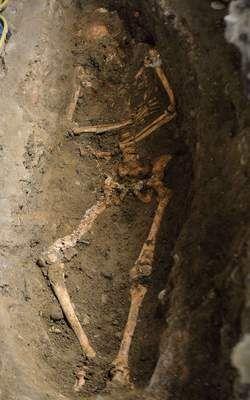 Mona Lisa????? Een Italiaans archeologenteam heeft in een tombe in Firenze een volledig skelet in goede staat blootgelegd. De oudheidkundigen proberen het mysterie te doorgronden van wie de vrouw met de eveneens mysterieuze glimlach was die model stond voor Leonardo da Vinci's wereldberoemde Mona Lisa (of Giocond