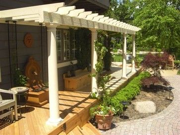 Pergola across front of house stretching from front door to laundry room as a covered path - Deco terasse ...