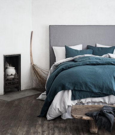 Dark teal. PREMIUM QUALITY. King/queen duvet cover set in washed linen with double-stitched seams at edges. Duvet cover fastens at foot end with concealed