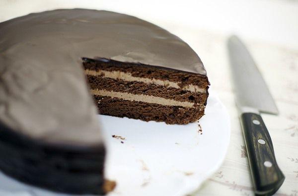 """Да, в свое время это был великий торт! Он был придуман в ресторане """"Прага"""" на Арбате, тем же кондитером, который придумал торт """"Птичье молоко"""". Очереди за этими тортами стояли длинные, а торты были - вкусные. Хотя, надо заметить, я лично их не любила. """"Прагу"""" - за шоколадность, а """"Птичье молоко"""" -…"""