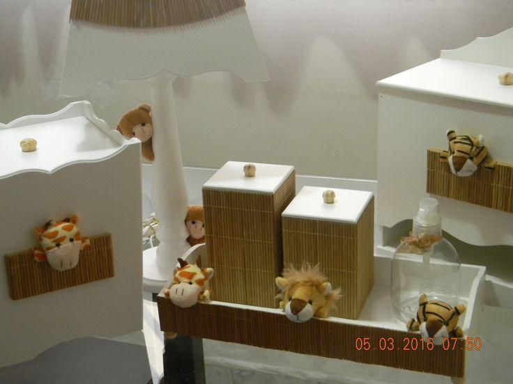 Kit de higiene contendo cesta,2 potes,1 álcool gel,porta fraldas,lixeira e abajur com detalhes em bambu e pelúcia. Produto artesanal podendo haver variação de cores.