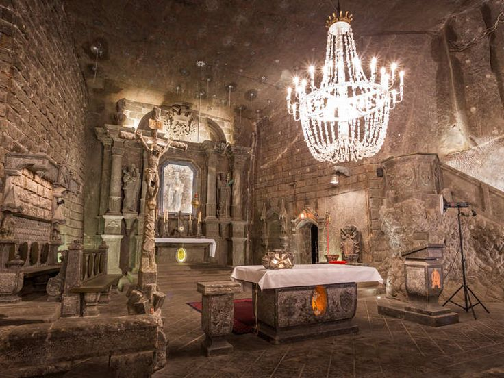 Net buiten Krakau, in de plaats Wielickza, ligt één van de grootste zoutmijnen ter wereld. De gangen van de mijn zijn in totaal meer dan 300 kilometer lang en gaan 350 meter de grond in. In de Middeleeuwen was zout van grote waarde en het leverde Krakau veel op. Het pronkstuk van de mijn is de ondergrondse kathedraal die uit zout opgetrokken is. Daarnaast zijn de ondergrondse meren en kunstwerken gemaakt van zout erg indrukwekkend