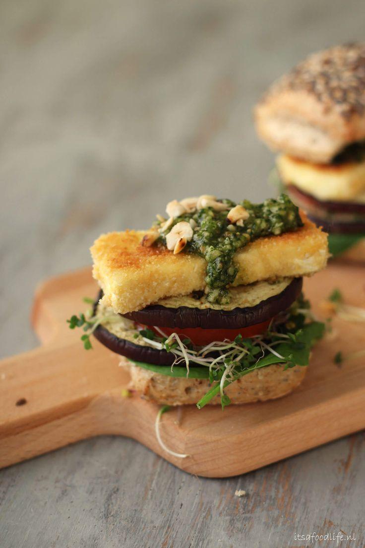 Gegrilde aubergine burger met hazelnootpesto en gebakken brie | It's a Food Life