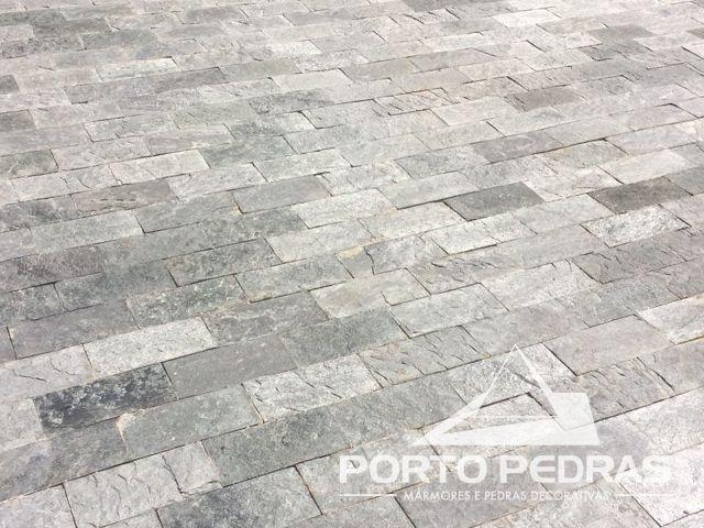 Revestimento de piso da calçada em pedra Lagoa Santa Cinza