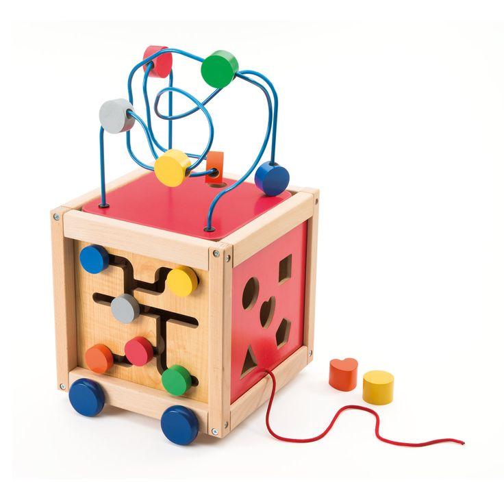 Sur ce boulier, 5 faces de jeu. Des engrenages en plastique pour ne pas risquer de se pincer les doigts, 5 formes à insérer dans le cube, une horloge à cran, un labyrinthe et aussi un boulier. Le plateau de ce boulier est amovible, il peut se poser sur une table ou par terre. L'enfant peut aussi le retourner pour le ranger à l'intérieur du cube. L'enfant manipule chaque activité, il découvre les couleurs, les formes, les encastrements. Et s'il veut jouer ailleurs ou avec un p...
